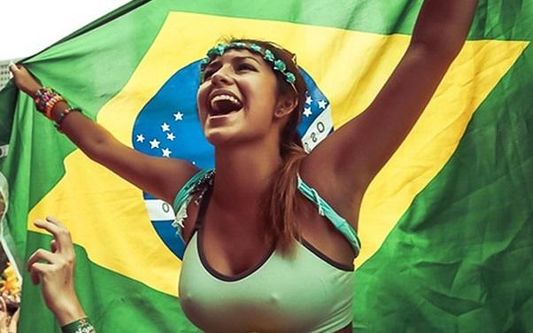 ngực trần cổ vũ bóng đá brazil